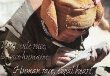 "Carte "" Human race, equal heart "" : Enfant à la tablette"