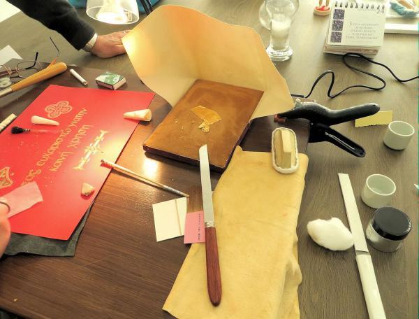 Coussin et couteau à dorer, brunissoir, pied de biche, feuilles d'Or...
